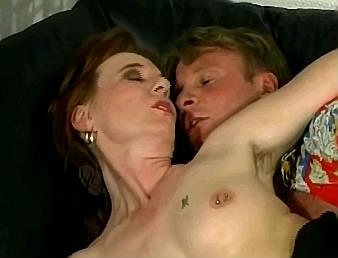 moeder met tepelpiercings heeft incest liefde met zoon
