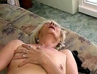 heftig orgasme als oma aan haar clitoris gezogen wordt