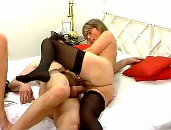 rijpe oma laat jonge knul aan haar tepels zuigen tijdens het neuken