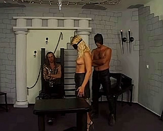 2 dominante mannen gaan blonde slavin martelen