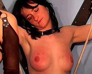 gedrogeerde seksslavin krijgt klappen met zweep terwijl ze vastgeketend is