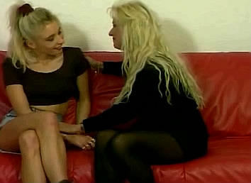 blonde moeder en dochter hebben strapon sex met elkaar