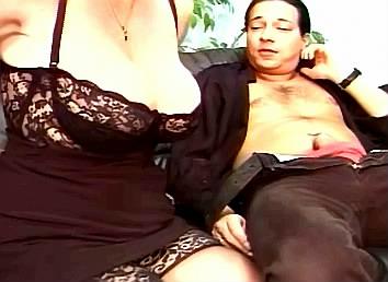 moeder neukt dochter met voorbinddildo