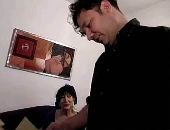 moeder en zoon neuken tijdens pornofilm kijken