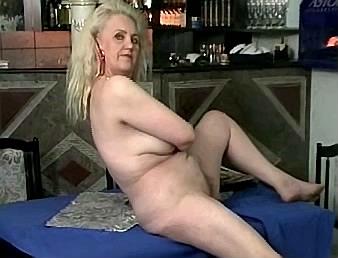 dronken moeder laat zich in de kroeg op tafel neuken door zoon