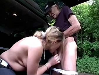 jonge huismoeder stript