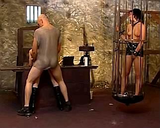 Slavinnen neuken in de geile kelder