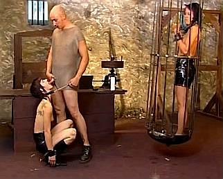 Twee sex slavinnen zitten opgesloten in een ondergrondse sex kelder zodat niemand ze kan horen . de meester van de sex slavinnen laat ze onderdwang van pijn martelingen sexuele handelingen doen . een sex slavin dient als hond en dient te gehoorzamen . doet ze het niet zal ze pijn lijden tijdens martelingen .