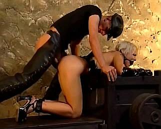 fetish blonde slavin met mondknevel wordt anaal geneukt door kinky meester