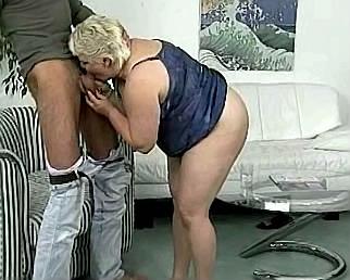 dikke blonde moeder pijpt haar neefje deepthroat
