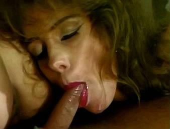 moeder met rode lippenstift op lippen zuigt lul van zoonlief