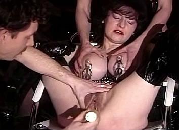 Blowjob sexfilms Hij heeft de handen vol aan hete milf met hangtieten