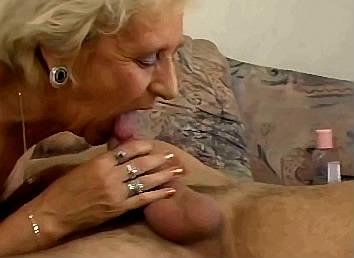 oma is als een gek de pik van jongen aan het pijpen