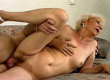 jongen pakt oma bij haar verschrompelde tieten