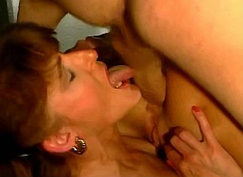 oma likt ballen van lul die haar bejaarden vriendin anaal neukt