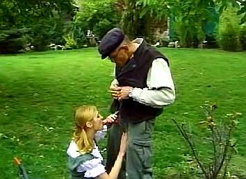 ze nuekt het met haar vader