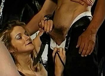 sm meesteres haalt lul uit broek van haar nieuwe slaafje