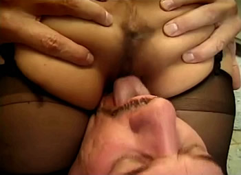 Dwerg laat haar kutje lekker likken