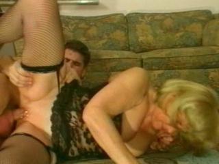moeder begint te squirten als haar zoon haar klitje likt