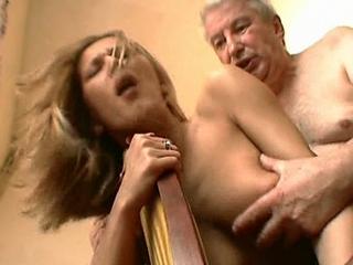 zoon komt klaar op moeders kut tijdens ejaculeren