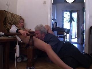 kleine meisje neukt met vader voor geld filmpje