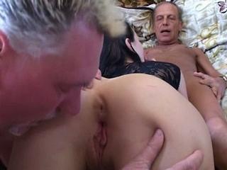 sexverhalen moeder naakt in de tuin met zoon