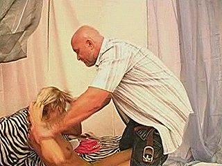 buurman is op brute wijze zijn blonde buurmeisje aan het verkrachten